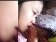 Bé gái 6 tuổi khóc thút thít khi xem phim