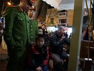 Nhiều trẻ bị lạc tại khu vực hồ Hoàn Kiếm trong đêm giao thừa, bố mẹ hoảng loạn tìm con