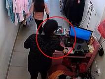 """Clip: """"Nữ quái"""" cuỗm điện thoại tinh vi trong cửa hàng quần áo"""