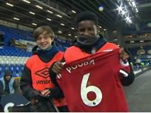Cậu bé nhặt bóng xúc động khoe món quà của Paul Pogba