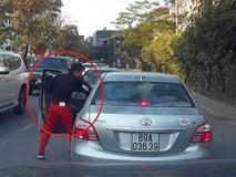 Tài xế Mercedes lấn làn còn hùng hổ mở cửa xe dằn mặt người khác