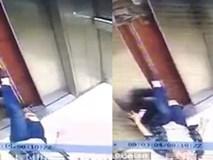Mải nghịch điện thoại, người phụ nữ ngã sấp trong thang máy, chân mắc kẹt ở cửa và bị kéo lên vài tầng