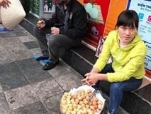 Bắt nam thanh niên đánh giày cấu kết người phụ nữ 'chặt chém' khách nước ngoài 4 chiếc bánh rán 80.000VND