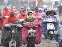 Cảnh tượng lạnh đầy khắc nghiệt tại Trung Quốc: Chị em phụ nữ quấn chăn, bịt kín lái xe máy đi làm