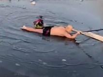 Lao xuống sông băng lạnh giá cứu người phụ nữ tự tử