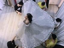 Cận cảnh chiếc váy cổ tích của Phạm Hương phải cần đến 7 người hỗ trợ để mặc vào