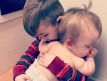 Em gái khóc tại phòng khám bệnh bỗng nín ngay khi được anh trai bế lắc lư trên đùi