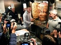 Hàng nghìn fan xếp hàng mua bánh mì của cựu sao Arsenal
