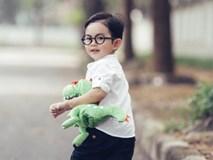 Con trai Khánh Thi ôm thú nhồi bông dạo phố đáng yêu hết nấc