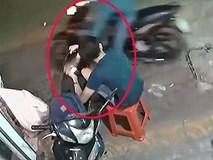 Clip: Ngồi trước cửa nhà, 'khổ chủ' bị giật phăng điện thoại trên tay