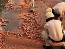 CSGT TP.HCM dùng tay dọn dẹp từng viên gạch từ xe đầu kéo gặp nạn trên đường