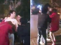 Clip người phụ nữ bị chồng túm tóc, lôi ra khỏi taxi vì 'bỏ con ốm ở nhà để đi cùng người đàn ông Hàn Quốc' gây xôn xao