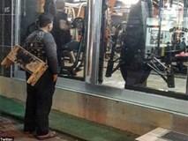 Chú bé đánh giày đứng ngoài phòng gym, người chủ phòng tập quyết định làm điều khiến bao người xúc động