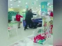 Chỉ vì tranh giành đồ chơi, cậu bé 13 tuổi và mẹ bị 3 người đàn ông dùng ghế đánh đập dã man