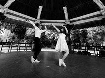Cặp đôi diện giày thể thao nhảy hip-hop trong đám cưới, chụp bộ ảnh nhảy quanh Hà Nội