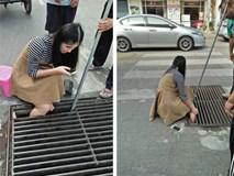 Mải nghịch điện thoại, cô gái trẻ bất cẩn để lọt chân vào miệng cống ngầm, phải nhờ cứu hộ đến giải thoát