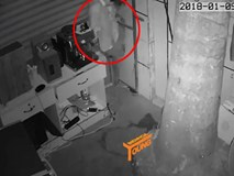 Clip: Đạo chích khoét vách tường, chui vào nhà trộm tài sản lúc sáng sớm