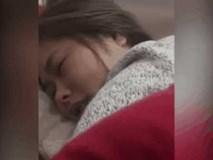 Vợ khóc nấc vì nhân vật trong phim chết, chồng hí hửng quay clip đăng Facebook luôn