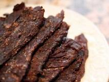 Cho thịt bò vào nồi cơm điện, hơn 40 phút là có mẻ bò khô cay cay, thơm lừng góc bếp