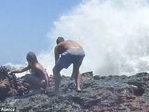 """Ham hố chụp ảnh """"deep"""" bên bờ biển, cặp đôi bị sóng đánh gãy chân, phải nhập viện khẩn cấp"""