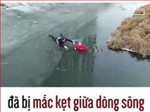 """Cụ bà bị mắc kẹt giữa dòng sông băng được cứu sống """"ngoạn mục"""""""