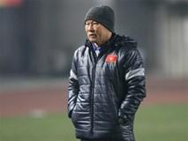 HLV Park Hang Seo tươi cười trên sân tập của U23 Việt Nam