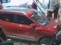 Đứng trông hàng quần áo, cô gái xém mất mạng khi bị ô tô lao thẳng vào cửa hàng