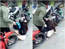 Clip: Vợ cầm mũ bảo hiểm đập vào đầu bồ nhí, bắt quỳ lạy giữa đường, chồng trốn biệt tăm không dám ló mặt