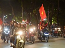 Người hâm mộ đổ ra hồ Gươm ăn mừng thành tích của U23 Việt Nam