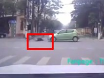 Video: Nữ sinh vượt đèn đỏ bị ô tô tông văng giữa ngã tư