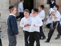 Vì sao người Do Thái luôn dạy con 2 cái tai hơn 1 cái miệng?