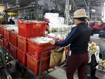 Hành động của ông chủ giàu có chợ Long Biên khiến nữ phu xe bật khóc