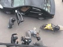 Thanh niên ôm mặt khóc, xin tha khi bị nhóm người cầm gậy gộc đánh giữa đường