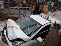 Taxi lao xuống hố công trình, tài xế nhập viện cấp cứu