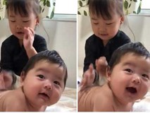 Bé trai 3 tháng tuổi thích thú, cười ngặt nghẽo khi được chị gái massage tận tình
