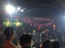 Nhiều dân chơi vứt ma túy, bóng cười rồi tìm cách tháo chạy khi công an ập vào quán bar ở trung tâm Sài Gòn