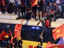 CĐV quá khích nhảy nóc xe buýt ăn mừng bóng đá U23 Việt Nam