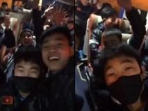 Những người hùng U23 Việt Nam hú hét, chào cảm ơn NHM trên xe bus