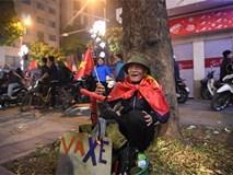 Bức ảnh nụ cười vui mừng của ông cụ vá xe ở Bờ hồ trong đêm U23 VN chiến thắng khiến nhiều người rưng rưng