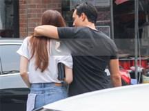 Chẳng cần giữ khoảng cách, Hà Hồ - Kim Lý tình tứ khoác vai nhau đi trên phố