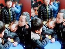 Soái ca trường mẫu giáo bảo vệ bạn gái ngủ