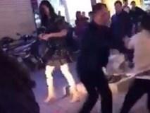 Hà Nội: Bắt quả tang chồng đi với bồ trên ô tô, vợ đi xe máy cũ kĩ đến đánh ghen ngay trên phố