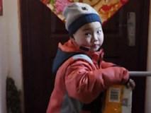 Rớt nước mắt trước bé mồ côi 7 tuổi làm shipper để kiếm sống