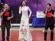 """H'Hen Niê về trường, lên sân khấu nhún nhảy theo tiết mục """"cây nhà lá vườn"""" của các thầy cô cực đáng yêu"""