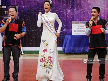 H'Hen Niê về trường, lên sân khấu nhún nhảy theo tiết mục