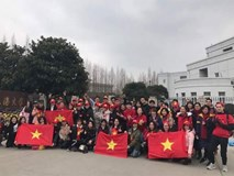 CĐV Việt Nam tại Trung Quốc vượt hàng trăm cây số để cổ vũ cho đội tuyển U23 Việt Nam trước trận đấu lịch sử với Qatar