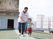 Bà bầu 8 tháng dắt con nhỏ đi qua mái tôn nhà chung cư vì thang máy hỏng