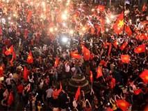 U23 Việt Nam: Vỡ òa chiến thắng, người dân hò nhau ra đường ăn mừng