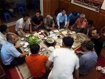 Hình ảnh gia đình Quang Hải ăn mừng chiến thắng tại quê nhà ngay lúc này