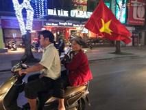 """Clip: Những bà ngoại """"quẩy"""" tưng bừng trên phố ăn mừng chiến thắng của đội tuyển U23 Việt Nam"""